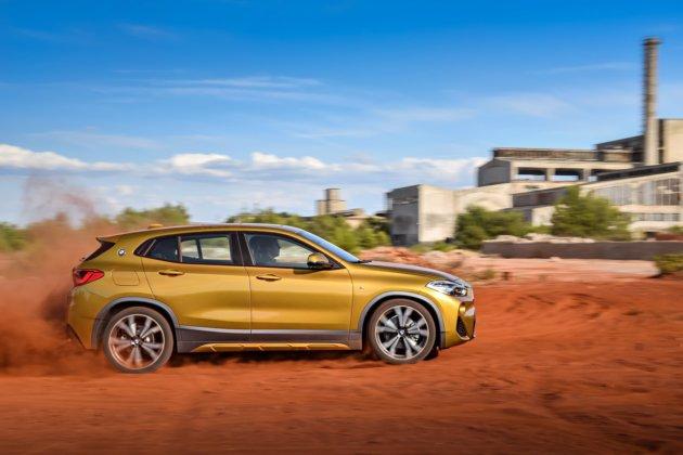 BMW X2 вид сбоку
